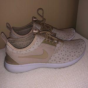 Nike Sneaker Juvenate in Beige